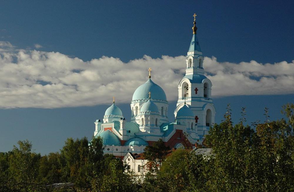 вид монастыря с боку