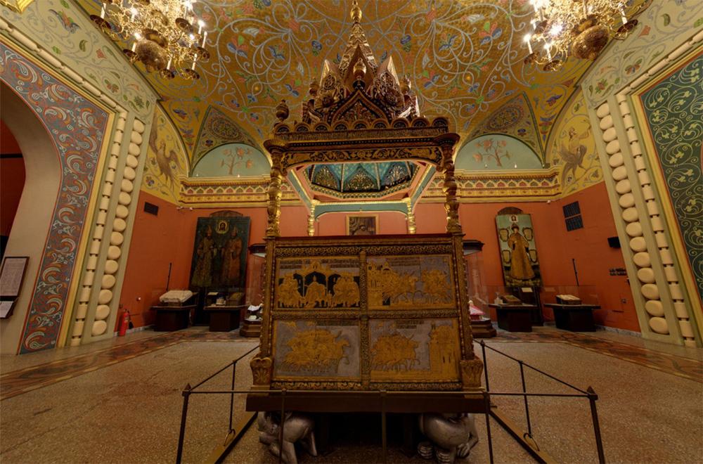 красивый зал с древней росписью