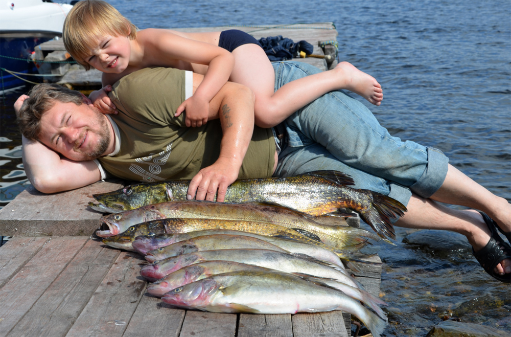 сын с отцом хвастают уловом