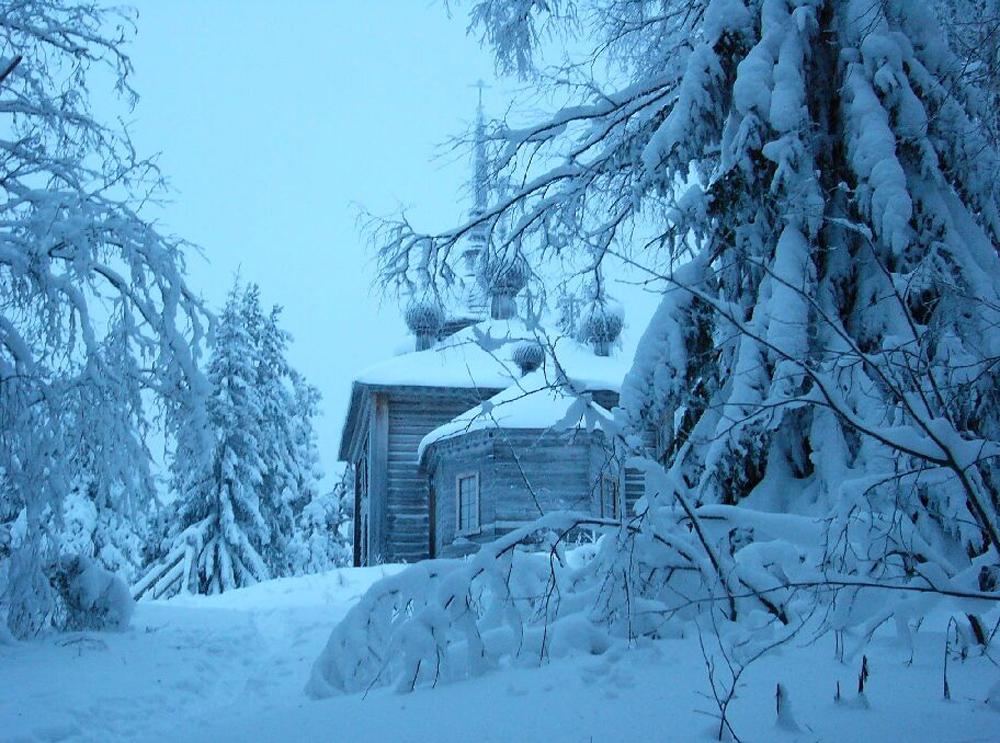 храм на озере засыпает снегом