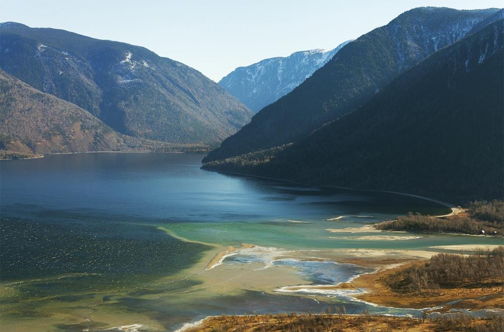 красивый вид воды и гор
