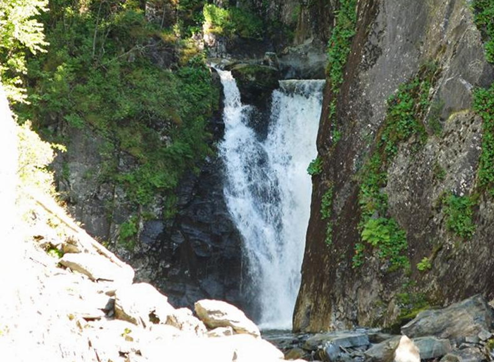 водопад в окрестностях озера