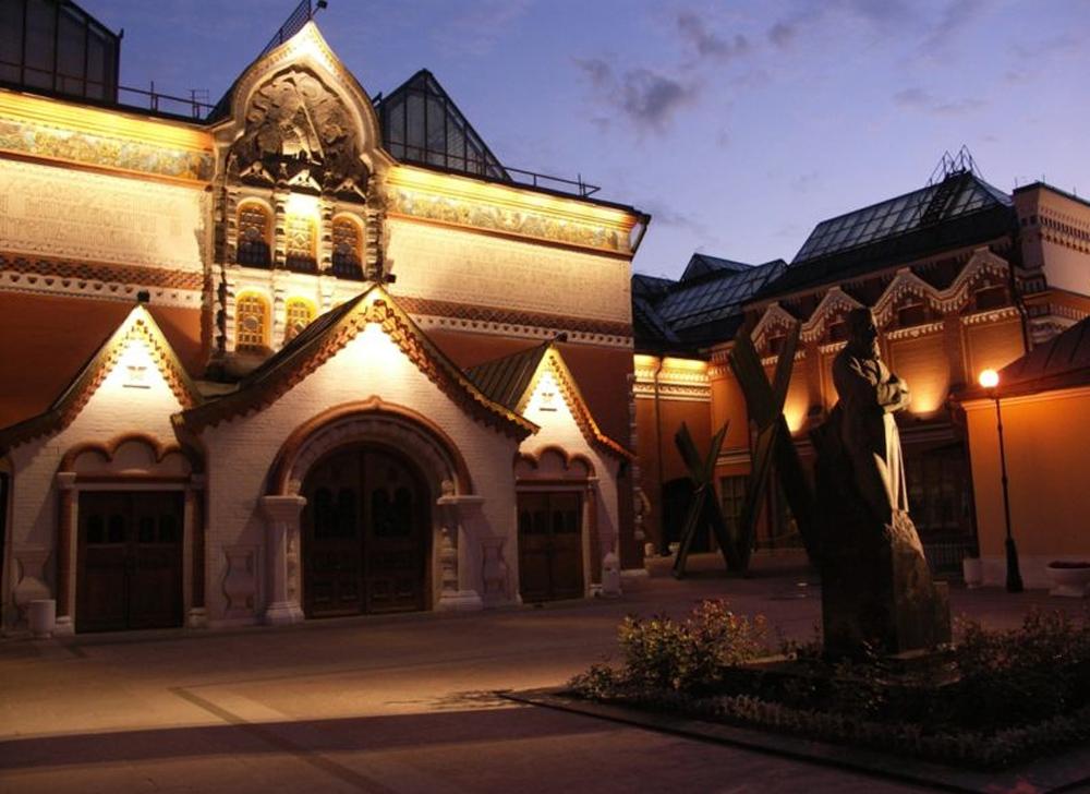 фасад галереи ночью