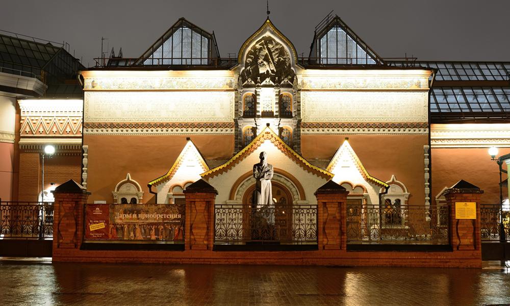 фото  фасад галереи ночью