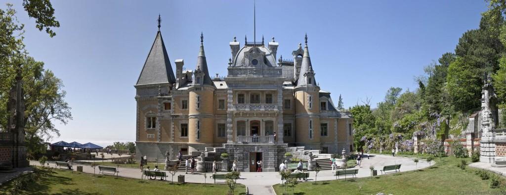 Главный фасад Массандровского дворца