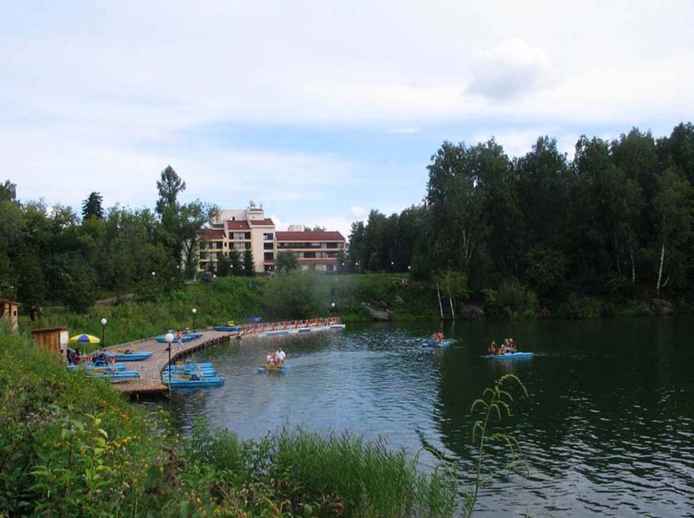 пансионат на берегу озера Ая