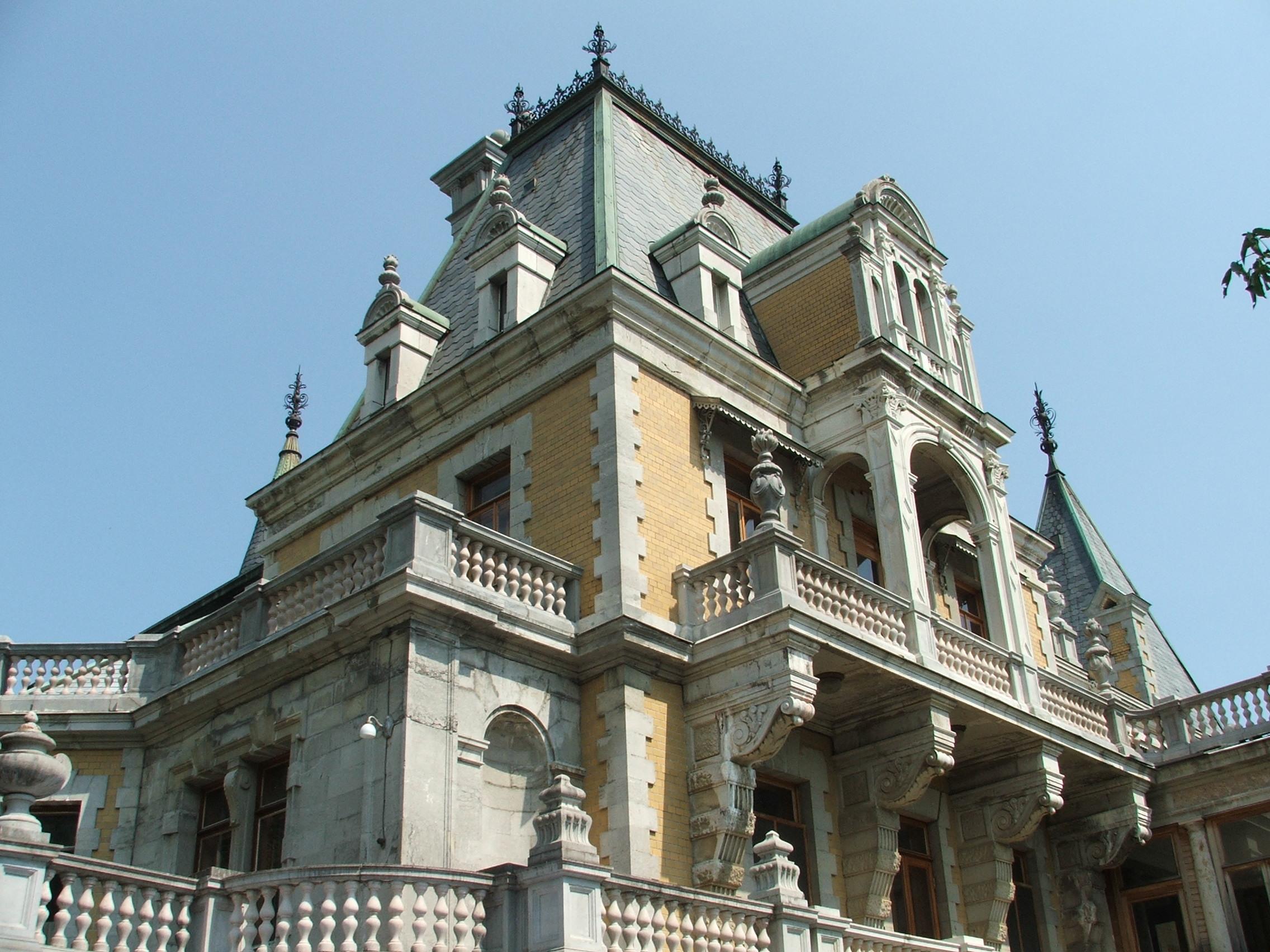 Эффектный вид на фасад Массандровского дворца