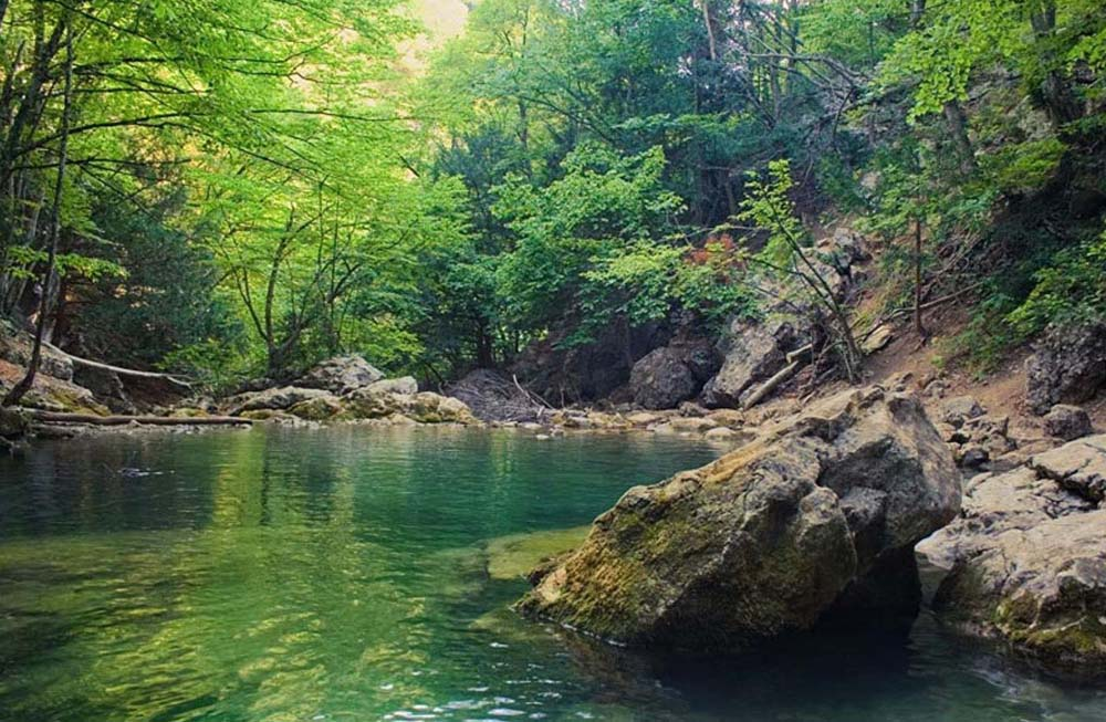 Голубое озеро большого каньона Крыма