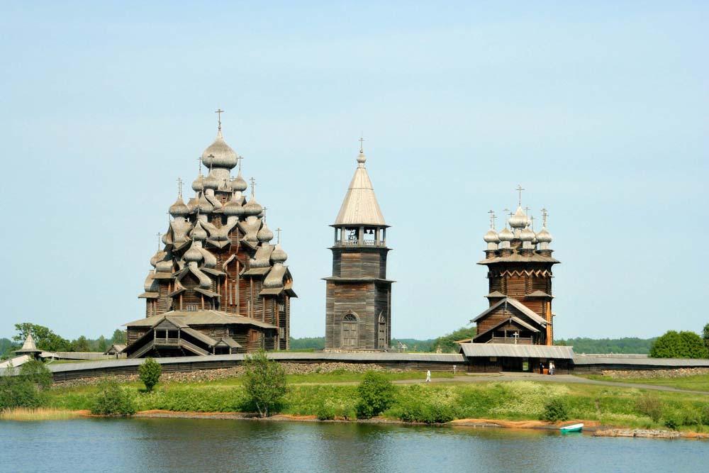 ансамбль из двух церквей и колокольни