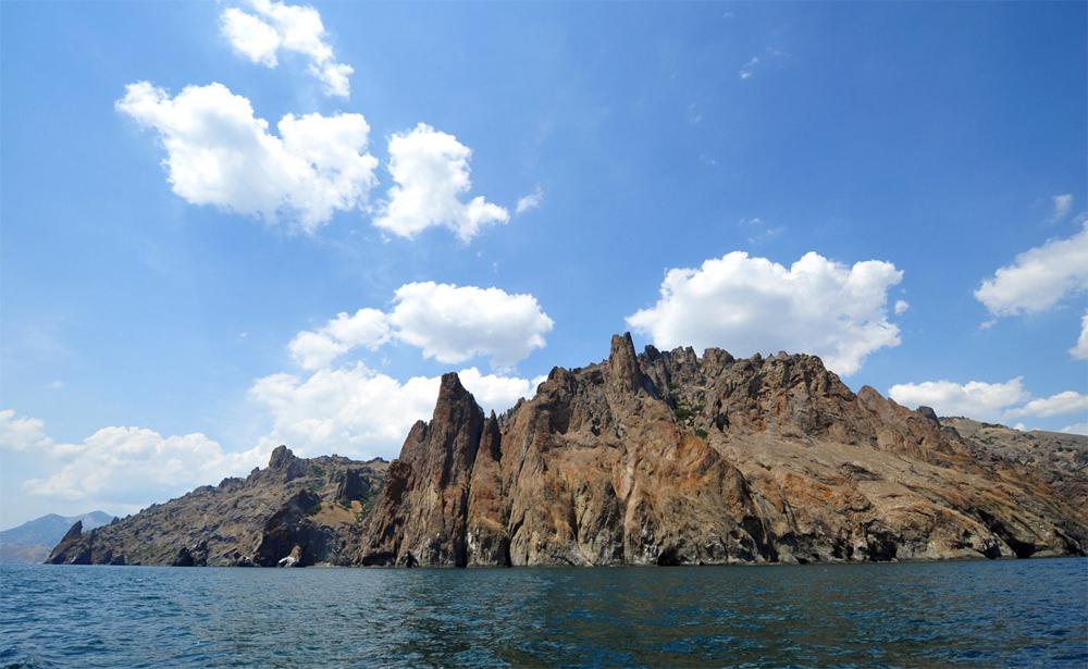 величественные горы у моря