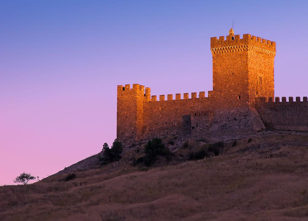 Генуэзская крепость на закате