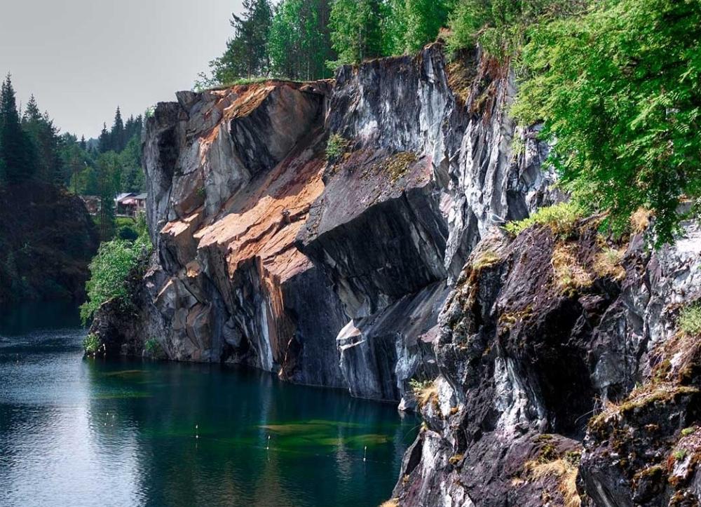 высокие мраморные скалы