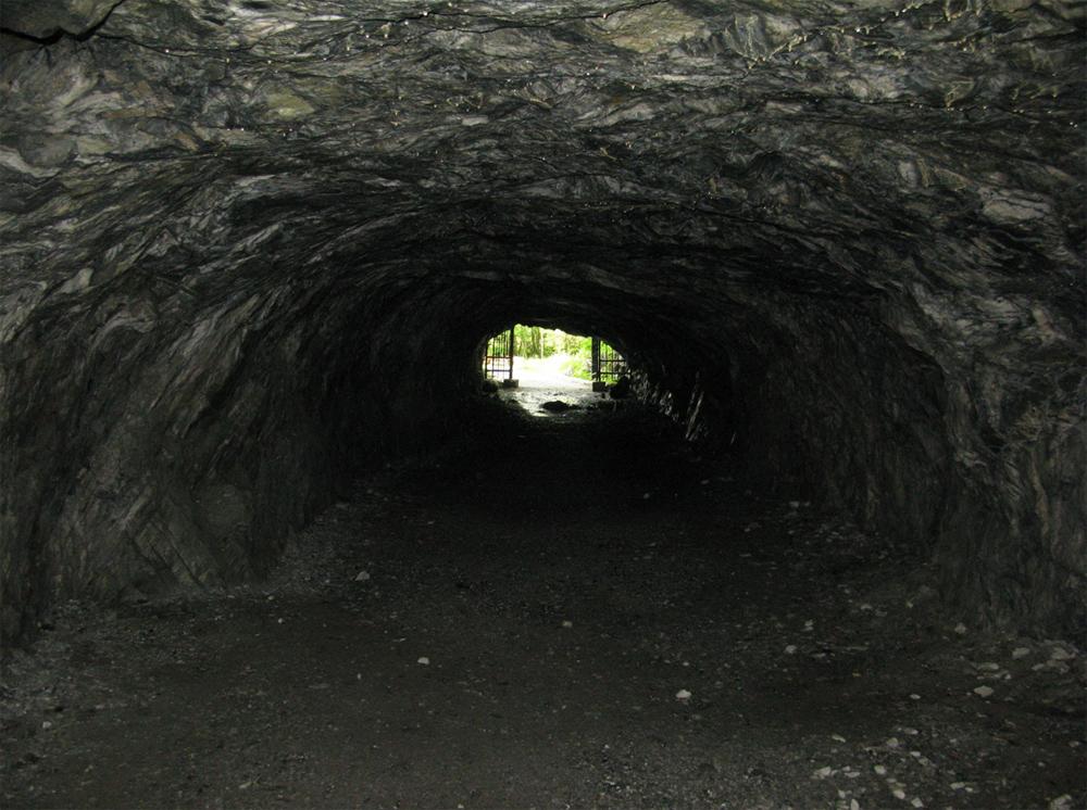 подземный проход мраморной шахты
