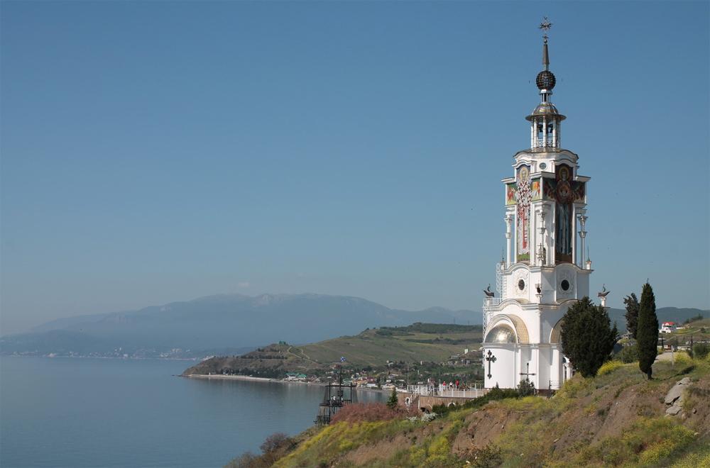 храм на фоне моря