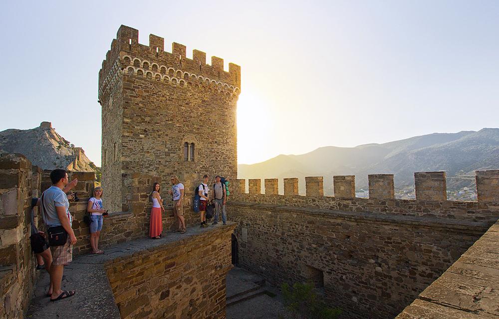 древняя башня на фоне солнца