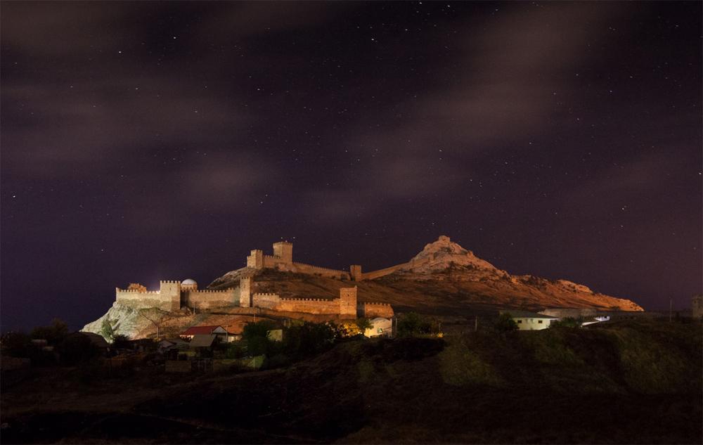 Генуэзская крепость подсвечивается ночью