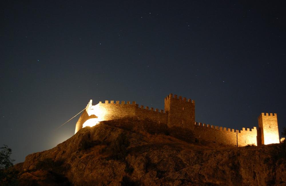 стена в ночи