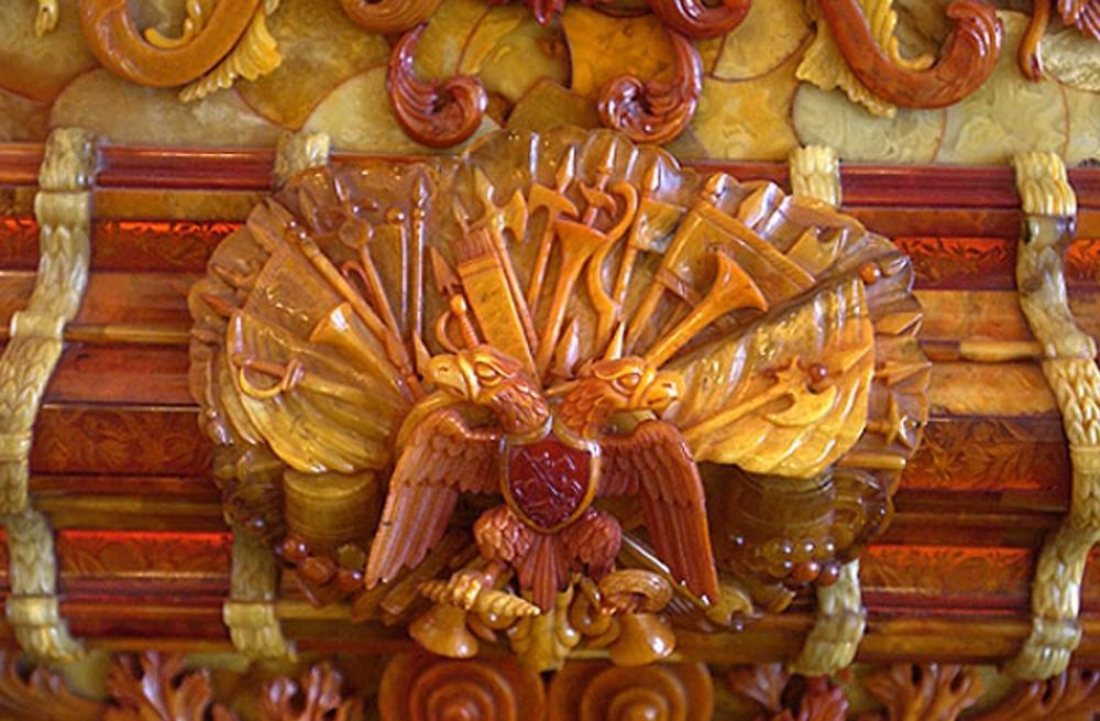 изящный барельеф из янтаря