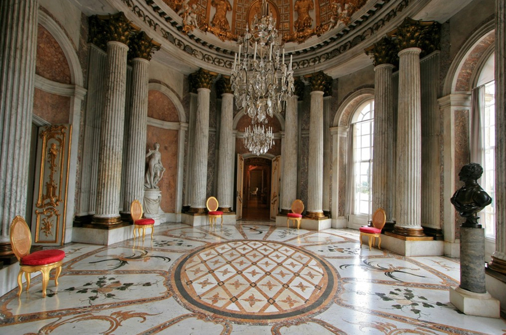 большой зал с колоннами