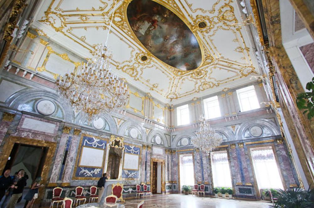 шикарный потолок дворца