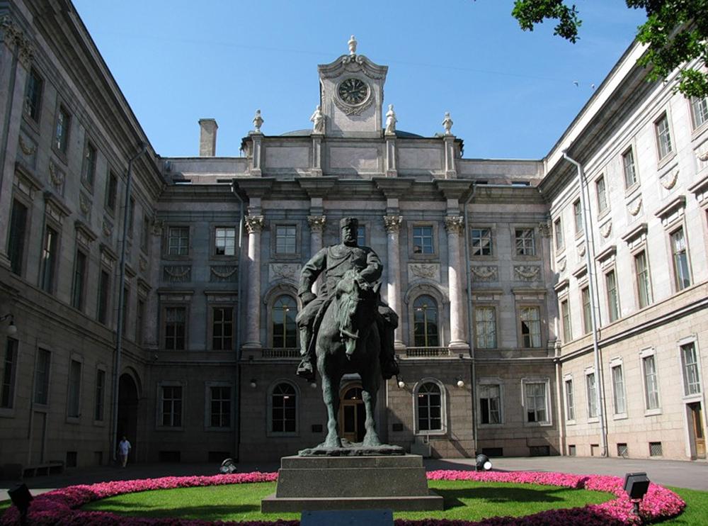 статуя у входа