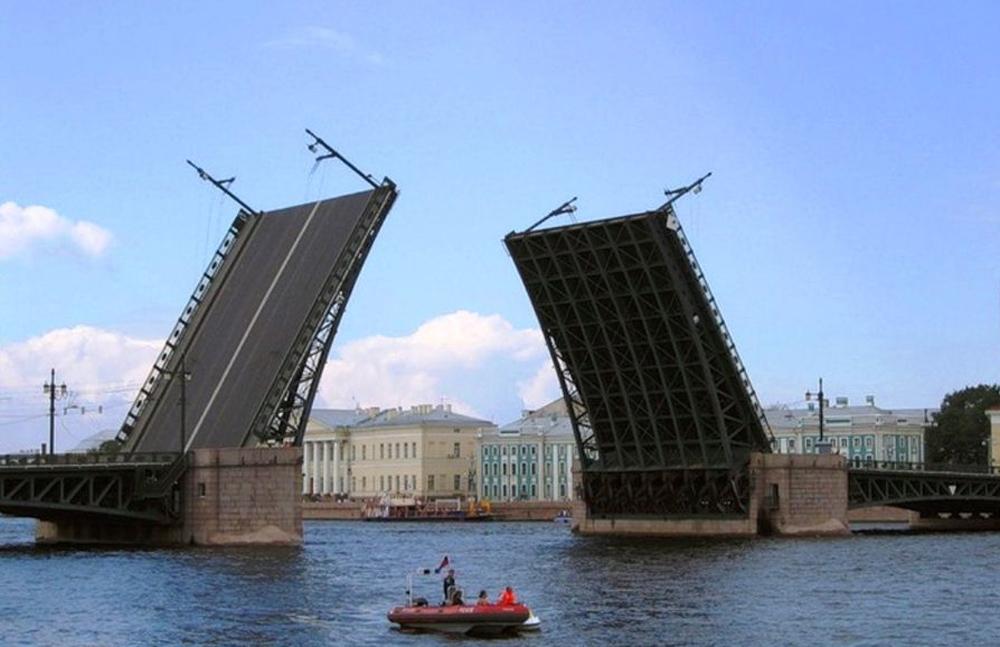 открытый мост на Неве