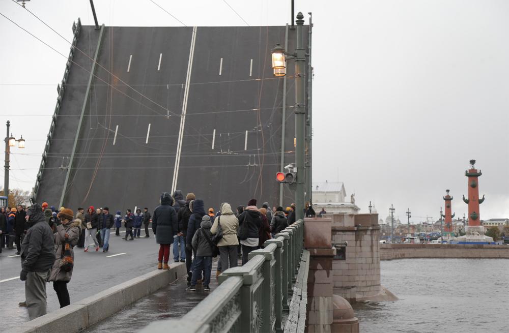 люди ждут опускание моста