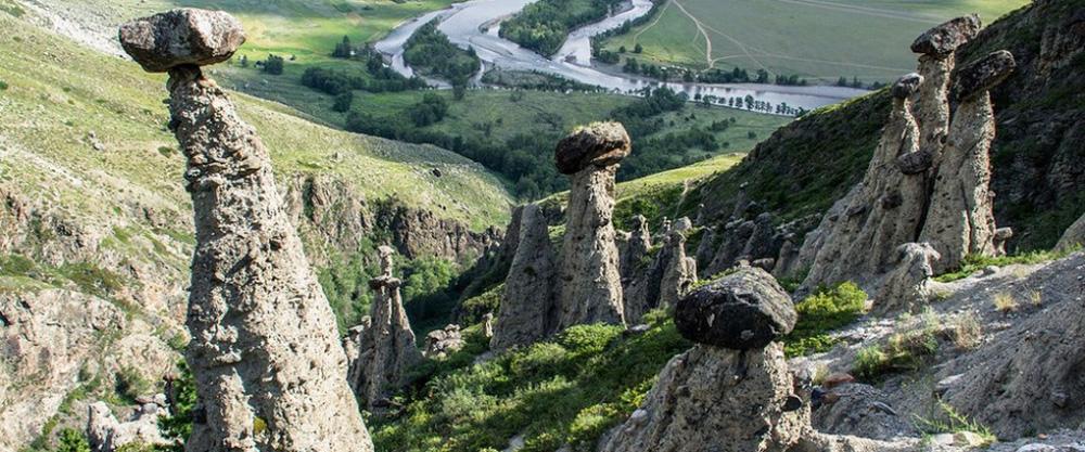 Каменные грибы над ущельем