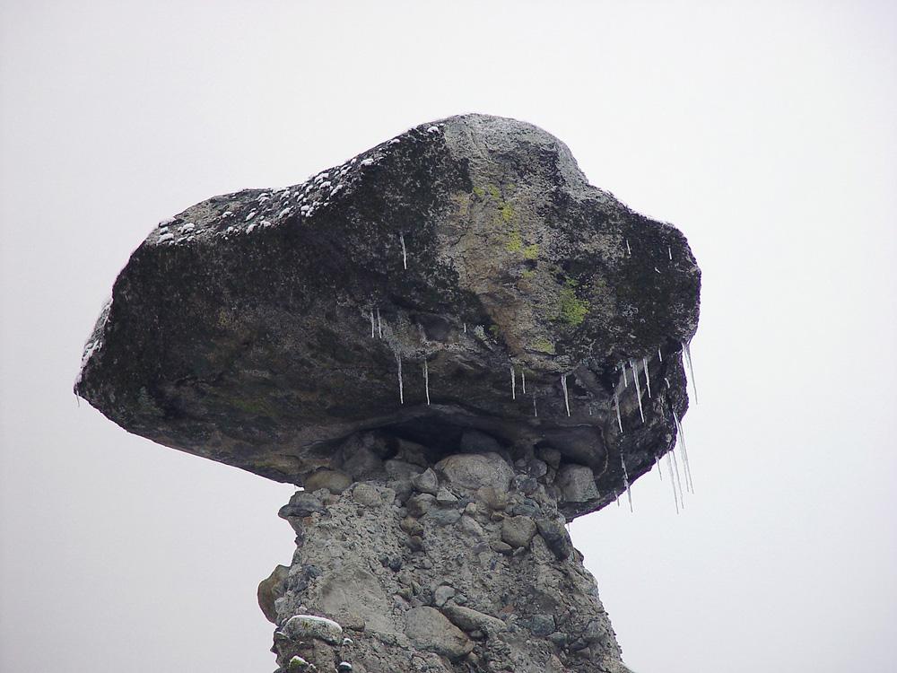 """Сосульки на """"шляпе"""" каменного гриба"""