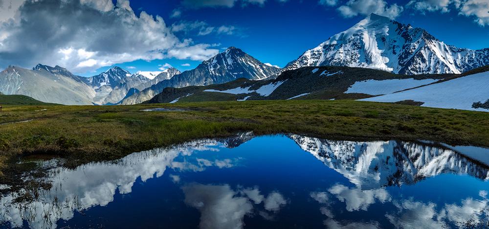 Озеро на фоне горных вершин
