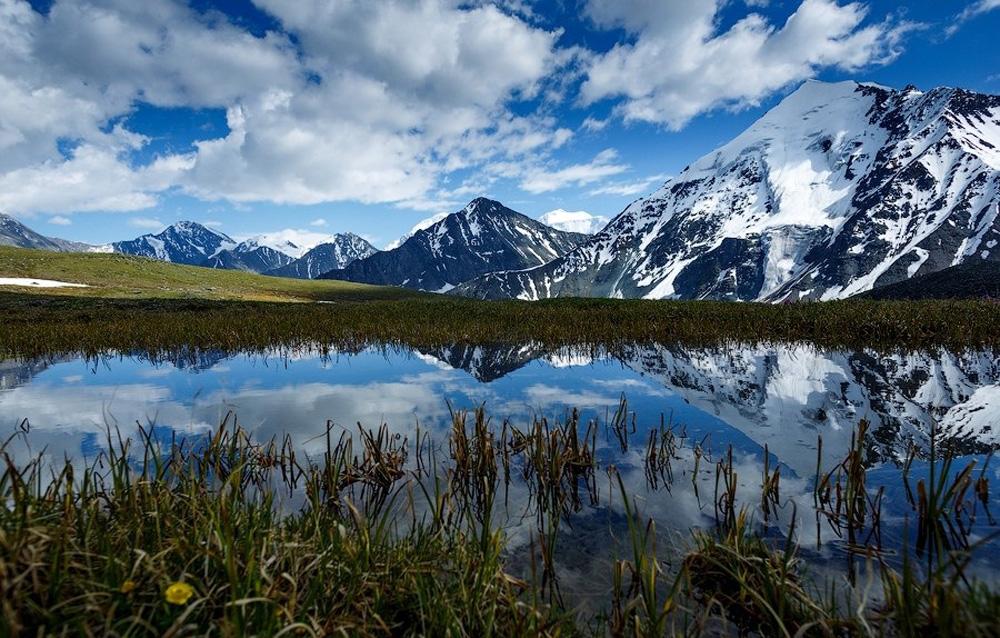 Прекрасный вид на озеро и горы