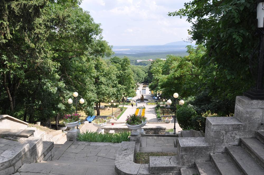 Академическая галерея спуск по лестнице к Цветнику