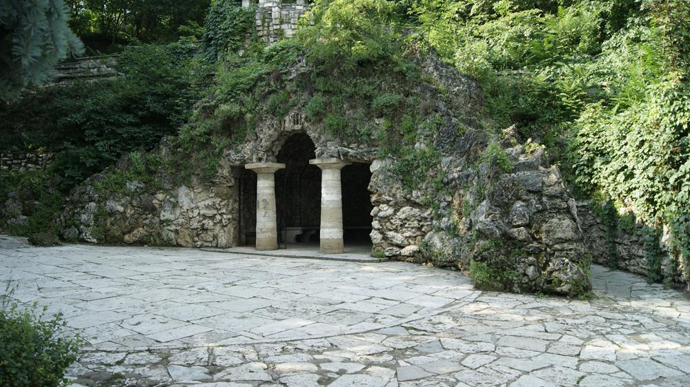 Вход в грот Дианы в Пятигорске