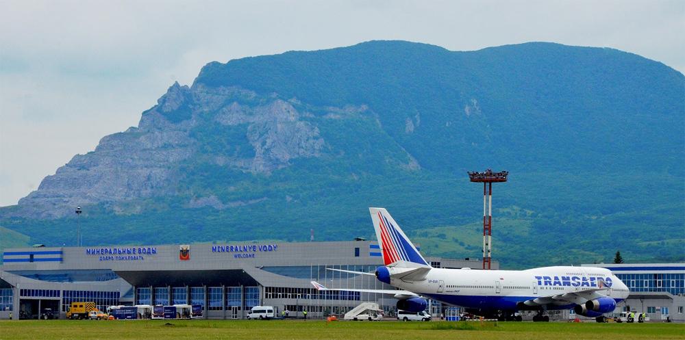 аэропорт на фоне горы змейка