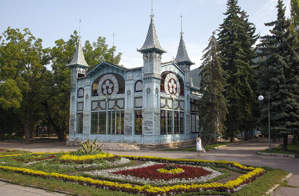 Цветник в Пятигорске и Лермонтовская галерея