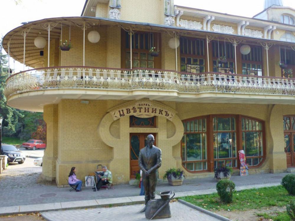 Цветник в Пятигорске скульптура Кисы в полный рост