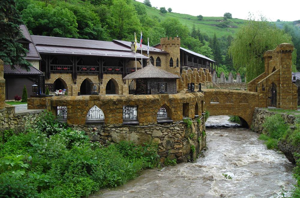 река у замка ресторана в Кисловодске