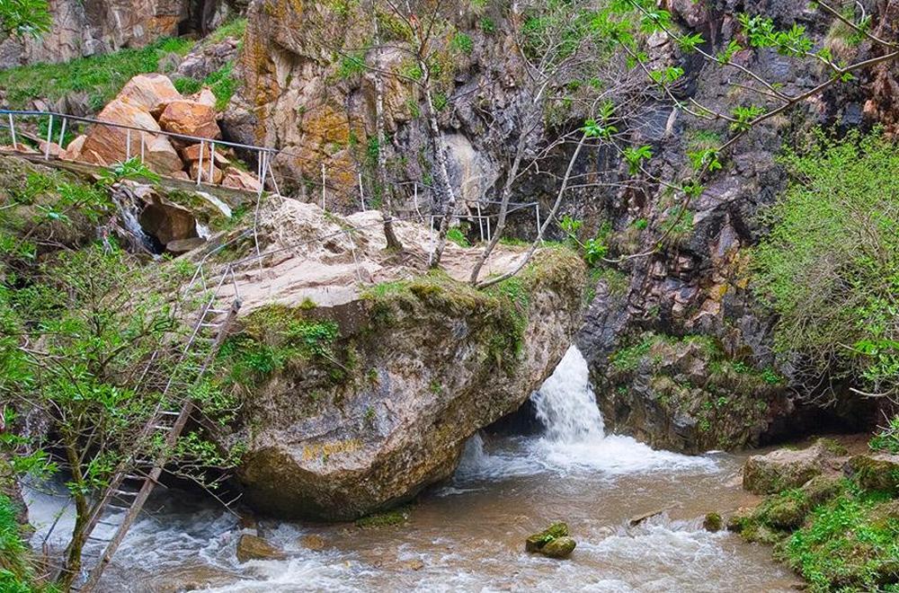 большой камень в реке