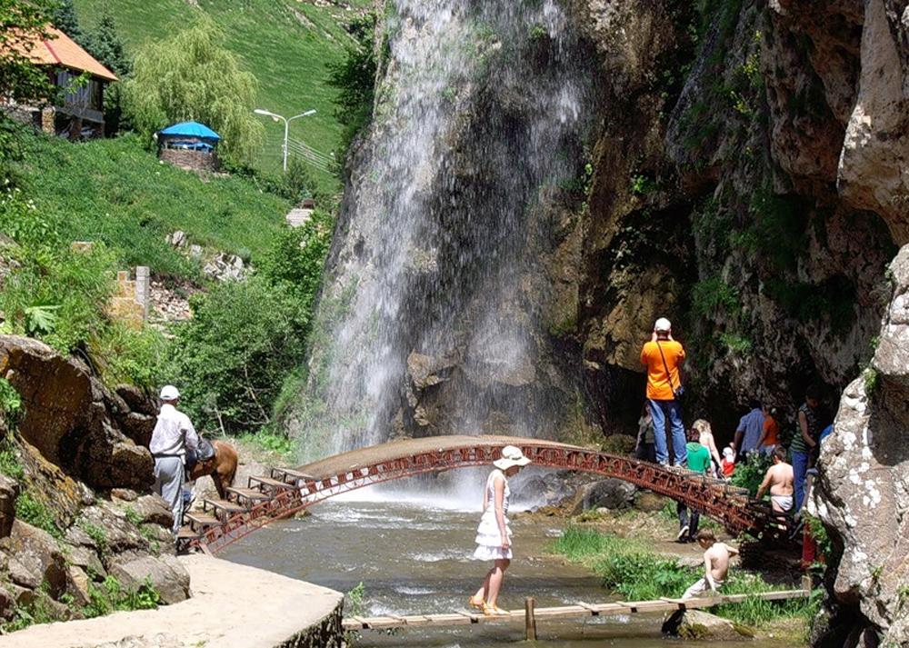 туристы у воды