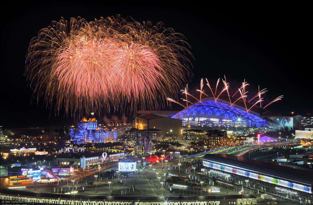 Салют над олимпийскими объектами в Сочи