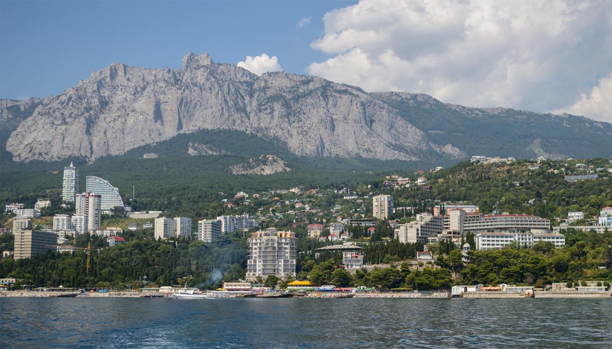 город у подножья горы