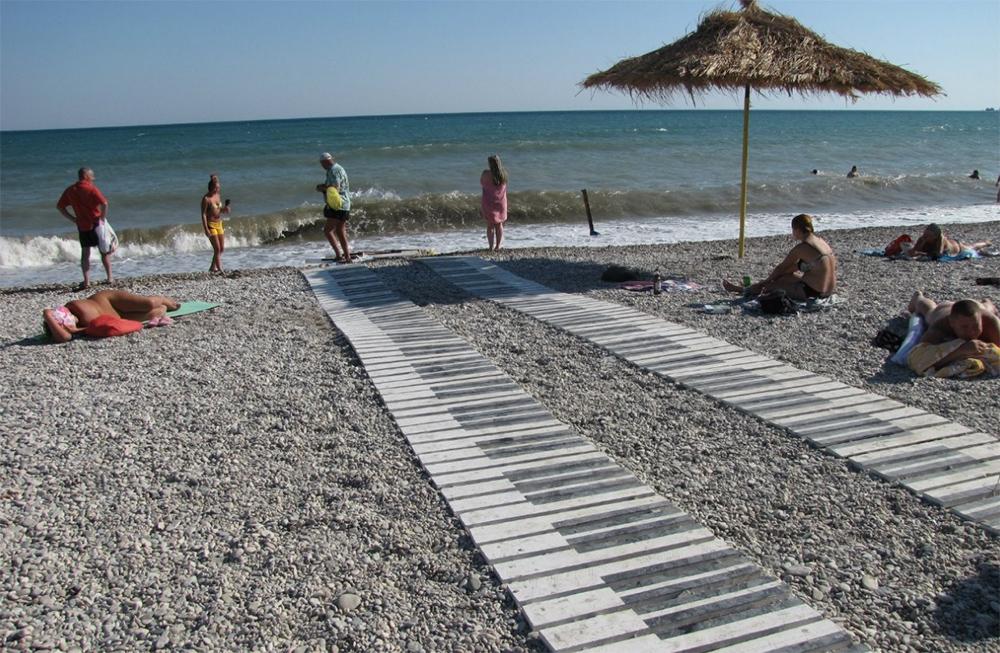 деревянная дорожка на песчаном пляже