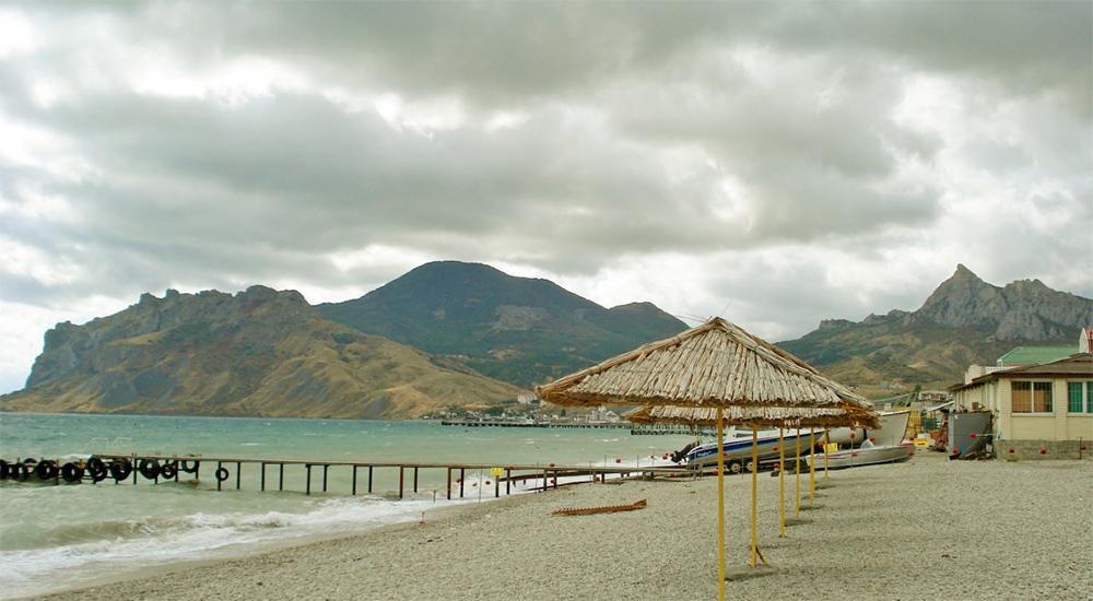 зонтик из камыша на пляже