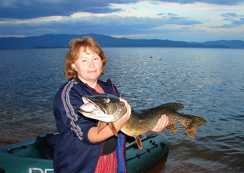 девушки тоже могут ловить рыбу