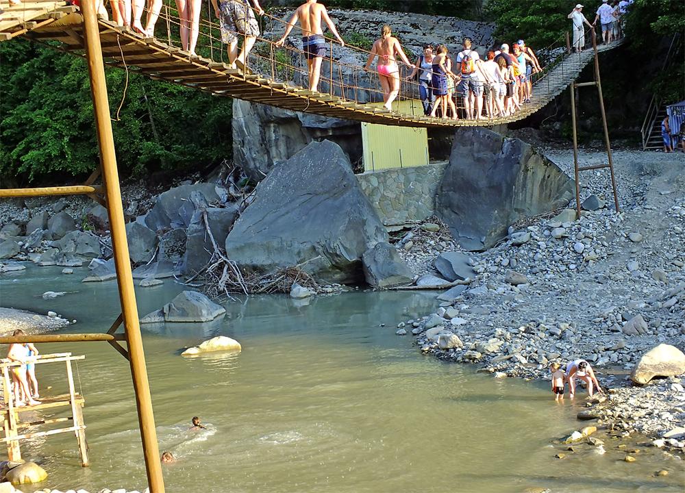 Подвесной мост для туристов